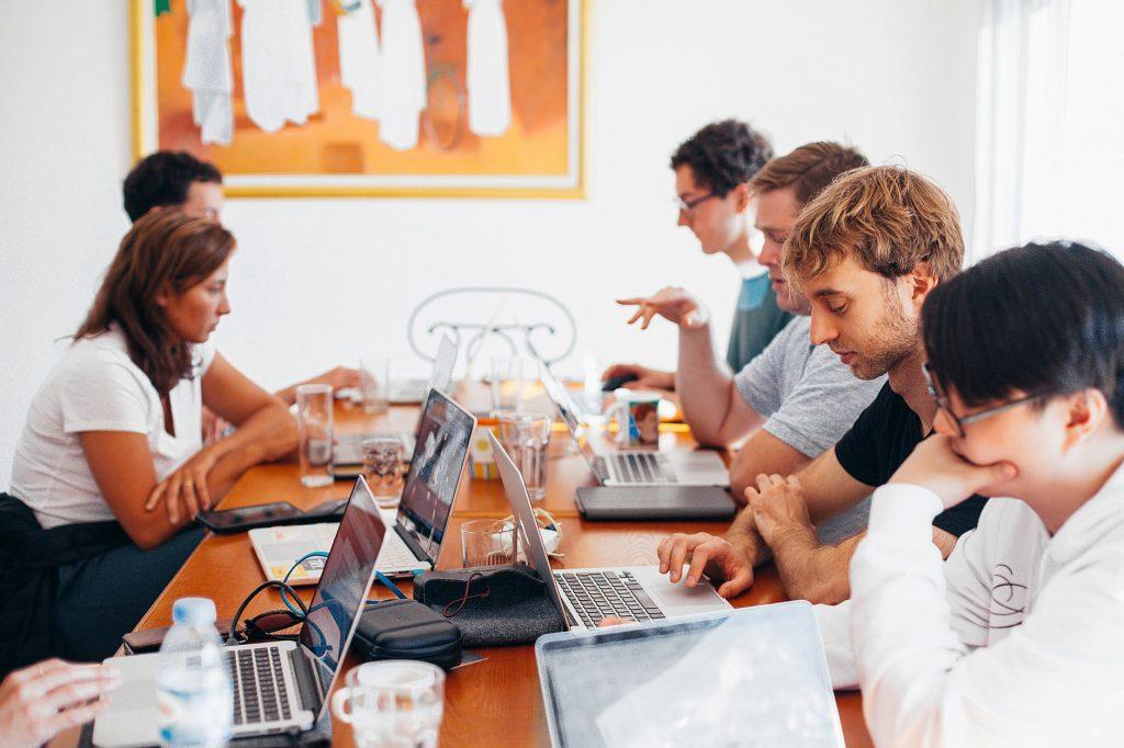 Nuestro equipo está conformado por  profesionales provenientes de diversas disciplinas. Contamos con amplia experiencia y una sólida formación académica en el desarrollo del talento humano. De la misma forma,  somos especialistas en el ámbito del Marketing Digital.